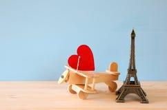Plano de madeira com coração ao lado da torre Eiffel Fotos de Stock Royalty Free