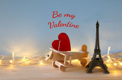 Plano de madeira com coração ao lado da torre Eiffel Imagem de Stock