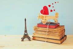 Plano de madeira com coração ao lado da torre Eiffel Foto de Stock Royalty Free