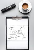 Plano de negócios de junho com a carta desenhado à mão na opinião superior do fundo cinzento da tabela imagem de stock