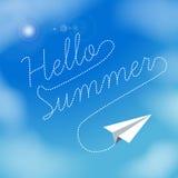 Plano de papel em um céu azul com nuvens Olá! texto do verão Ilustração do vetor Tema do verão e das férias Imagens de Stock Royalty Free