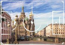 Plano do campo de futebol no fundo da igreja do salvador em St Perersbourg do sangue Spilled, Rússia Fotos de Stock Royalty Free