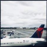 Plano do delta no aeroporto de Atlanta foto de stock