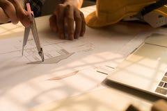 Plano do desenho da arquitetura na cópia azul com ferramentas do arquiteto fotografia de stock royalty free