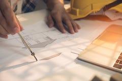 Plano do desenho da arquitetura na cópia azul com ferramentas do arquiteto imagens de stock