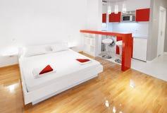 Plano do estúdio ou quarto moderno do hotel no vermelho Fotos de Stock Royalty Free