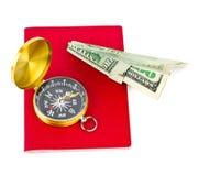 Plano do passaporte, do compasso e do dinheiro - conceito do curso Fotos de Stock