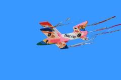 Plano do voo no céu azul Fotos de Stock Royalty Free