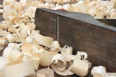 Plano dos carpinteiros e aparas de madeira Fotos de Stock Royalty Free