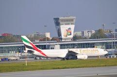 Plano dos emirados no aeroporto de Varsóvia Chopin Imagem de Stock