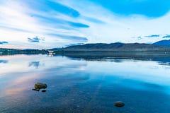 Plano e iate do flutuador no lago calmo Te Anau antes do nascer do sol fotos de stock