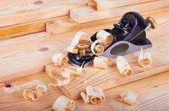 Plano e madeira pequenos de bloco com aparas Foto de Stock