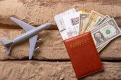 Plano e passaporte do brinquedo fotografia de stock