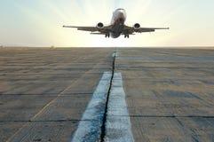 Plano em uma pista de decolagem Fotografia de Stock Royalty Free