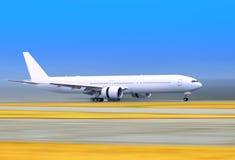 Plano em uma pista de decolagem Imagens de Stock Royalty Free