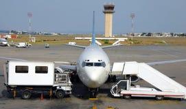 Plano en el aeropuerto Foto de archivo libre de regalías