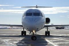 Plano en el aeropuerto 8 Foto de archivo libre de regalías