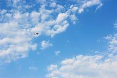Plano en el cielo azul Imagenes de archivo