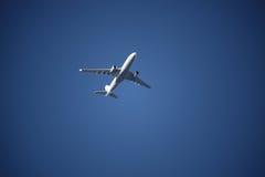 Plano en el cielo azul Fotografía de archivo libre de regalías