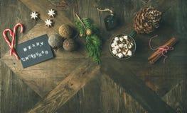 Plano-endecha de la tarjeta de felicitación, bastón de caramelo, chocolate caliente, visión superior Fotografía de archivo libre de regalías