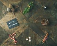 Plano-endecha de la tarjeta de felicitación, canela, bastón de caramelo, visión superior Foto de archivo