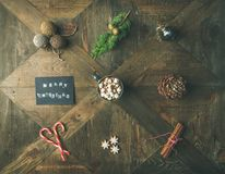 Plano-endecha de la tarjeta de felicitación, chocolate caliente, bastón de caramelo, cono del pino Imagenes de archivo