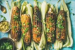 Plano-endecha del maíz dulce asado a la parrilla con las especias imagen de archivo