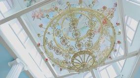 Plano geral de um grande candelabro bonito sob a abóbada de uma grande igreja cristã vídeos de arquivo
