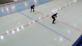 Plano geral do começo de patinagem da distância da sprint vídeos de arquivo