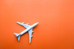 Plano modelo, avião em fundos da cor pastel fotografia de stock royalty free