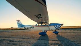 Plano movendo sobre uma pista de decolagem Um piloto navega um plano em uma pista de decolagem, apronta-se para um voo filme