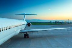 Plano no aeroporto Imagens de Stock