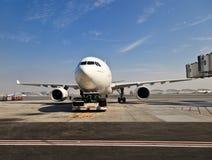 Plano no aeroporto de Dubai Imagens de Stock Royalty Free