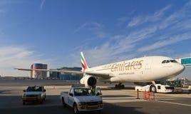 Plano no aeroporto de Dubai Imagens de Stock