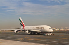 Plano no aeroporto de Dubai Fotografia de Stock