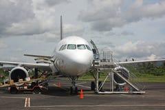 Plano no aeroporto de Legaspi Foto de Stock Royalty Free