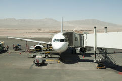 Plano no aeroporto do deserto Fotos de Stock