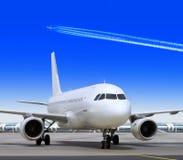 Plano no aeroporto grande Foto de Stock