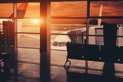 Plano no aeroporto perto da ponte do jato Vista de interno Imagens de Stock Royalty Free