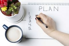Plano no bloco de notas, close-up da inscrição, vista superior, conceito do planeamento, ajuste do objetivo imagens de stock