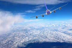 Plano no branco do preto do fundo do avião do transporte do curso do voo do céu Imagens de Stock