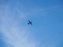 Plano no céu azul e nas nuvens Foto de Stock Royalty Free
