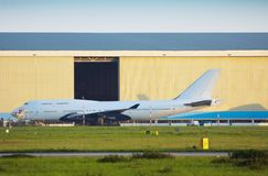 Plano no hangar fotografia de stock royalty free
