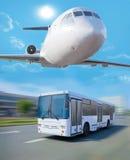 plano no ônibus do céu que vai na cidade Foto de Stock Royalty Free
