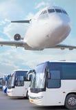plano nos ônibus do céu que vão na cidade Imagens de Stock