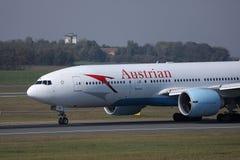 Plano que taxiing na pista de decolagem, close-up de Austrian Airlines fotos de stock royalty free