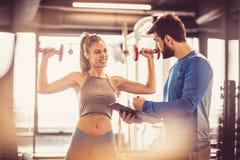 Plano seguinte Povos no gym foto de stock royalty free