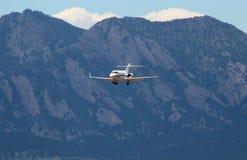 Plano sobre as montanhas rochosas fotos de stock royalty free