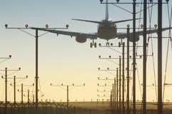 Plano sobre a pista de decolagem Fotografia de Stock Royalty Free