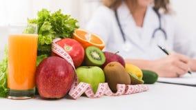 Plano vegetal da dieta da escrita fêmea do doutor do nutricionista imagens de stock